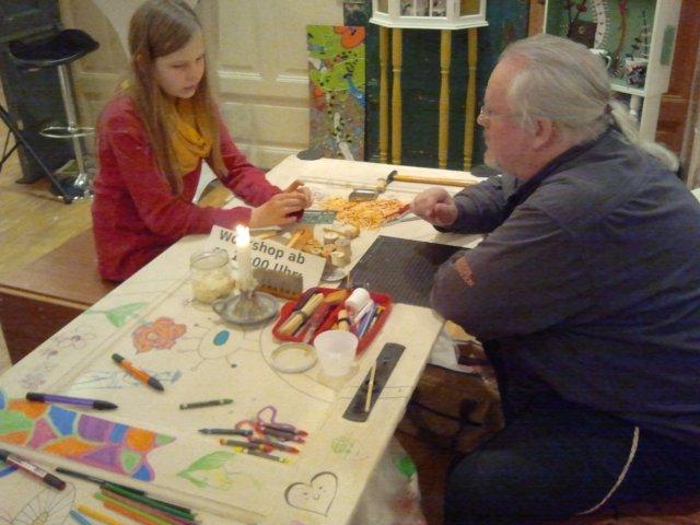 Tisch mit Mädchen und Worshopleitung