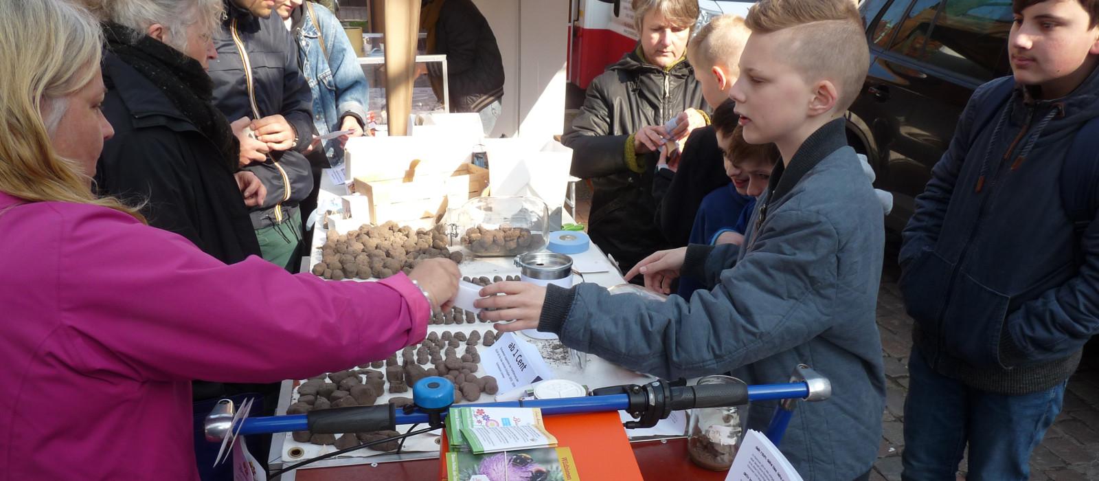 Klimaschutz AG des Gymnasium Limmer auf dem Wochenmarkt in Linden