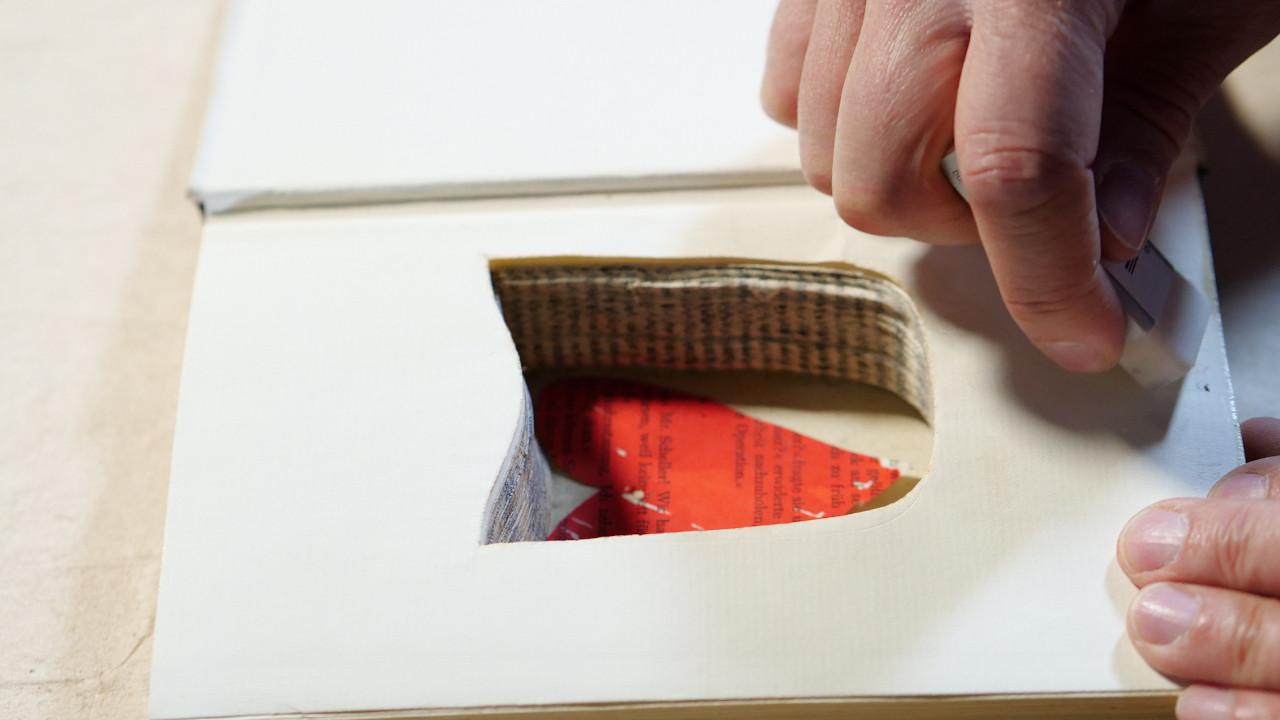 Buch upcycling - ausschnitt von seiten für ein Versteck -hannover-glocksee-waste-award