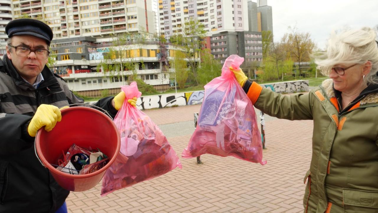 haengeregal-3-getraenkekarton-upcyclingboerse-hannover-glocksee-waste-award - hausmeister - heinrich - bloch mit Buegeleisen