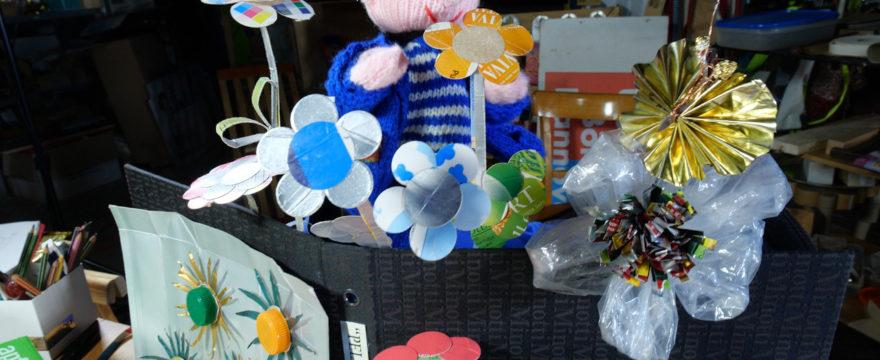 Bunte Blumen und Schmetterlinge aus Verpackungen